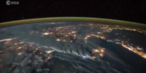 No kosmosa nofilmē iespaidīgu zibeņošanu