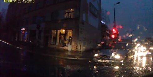 Rīgā 'Volvo' brauc pie sarkanās gaismas un vēl uztaurē