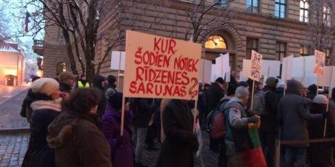 Juraša aizstāvībai pie Saeimas pulcējas aptuveni 100 cilvēku