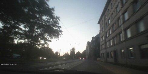 Kravas auto Hanzas ielā nokrīt piekabe