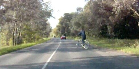 Nestabils velosipēdists pārbauda autovadītāja reakciju