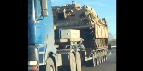 Pa Ventspils šoseju pārvadā tankus