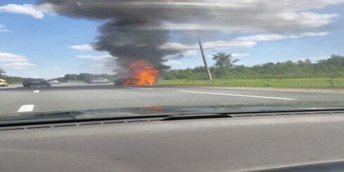Netālu no Saulkrastiem ar atklātu liesmu nodeg auto