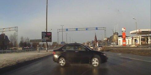 Nemākulīgs 'Opel' vadītājs Krasta ielā izraisa bīstamu autoavāriju