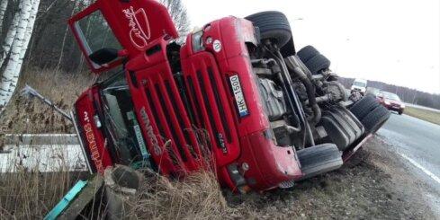 Uz Ķekavas apļa apgāžas kravas auto; bloķēta satiksme