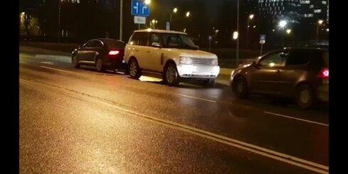 Autovadītājs no Igaunijas neievēro CSN un 'noparkojas' pāri dubultajai līnijai