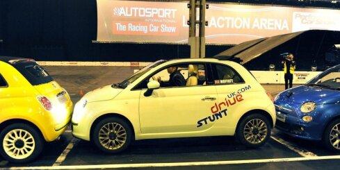 Ar 'FIAT 500' pārspēj paralēlās parkošanās Ginesa rekordu
