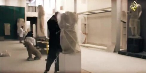 Džihādisti ar āmuriem iznīcina tūkstošiem gadu senas skulptūras