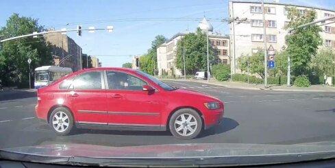 Autovadītājs iebrauc krustojumā pie sarkanās gaismas