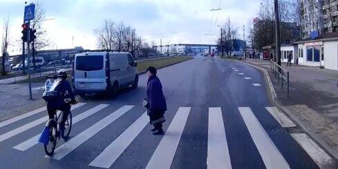 Velokurjers un mikroautobuss uz gājēju pārejas traucas virsū sievietei