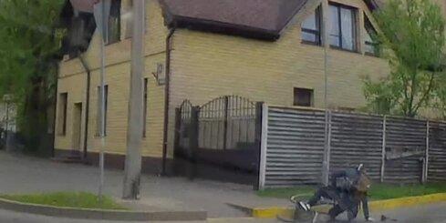 Rīgā uz līdzenas vietas nokrīt velosipēdists
