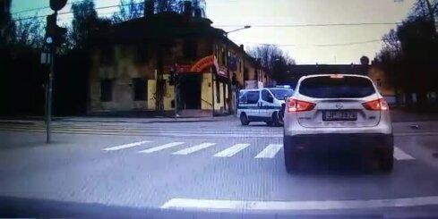 Policijas 'busiņš' nesadala ceļu ar Mercedes-Benz