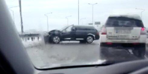 Uz Dienvidu tilta avarē fūre un vieglā automašīna