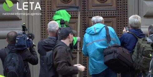 Mediķu protests pie Saeimas pulcē ap 300 cilvēku