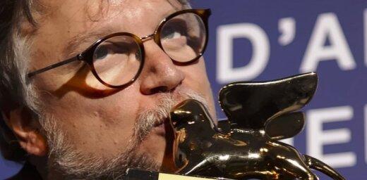Venēcijas kinofestivāla 'Zelta lauvu' saņem Giljermo del Toro filma 'Ūdens forma'
