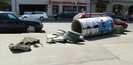Nezināmi vandāļi Rīgā salauž reklāmas stabu
