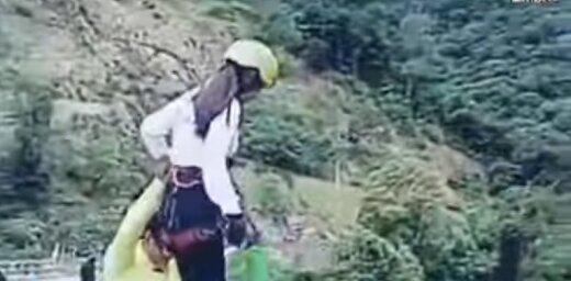Video: Sieviete Bolīvijā izdzīvo pēc šaušalīga lēciena ar gumiju