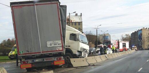 Foto: Smagā auto avārija uz Salu tilta apgrūtina satiksmi