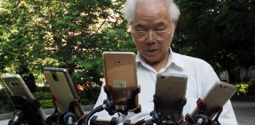 Par sensāciju kļūst 70 gadus vecs sirmgalvis – pokemonu mednieks