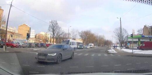 """ВИДЕО: Опаздывает? В центре Риги водитель Audi """"шпарит"""" по встречной полосе"""