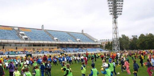 Stadionā 'Daugava' 900 skolēni vienlaicīgi veica rīta vingrošanu
