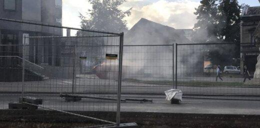 Brīvības ielā Rīgā ar atklātu liesmu deg atkritumu konteiners