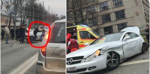 Foto: 'Mercedes' avārija uz Brīvības gatves un autovadītāju kautiņš