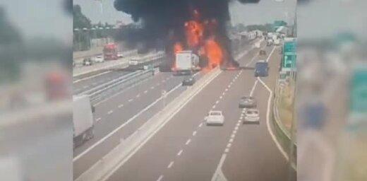 Video: Kā Boloņā uz autostrādes eksplodēja degvielas autocisterna