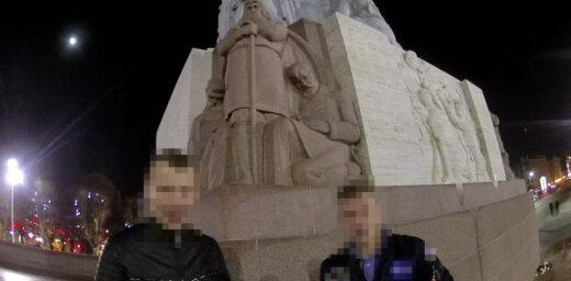 Divi igauņi par rāpšanos Brīvības piemineklī katrs saņem 50 eiro sodu