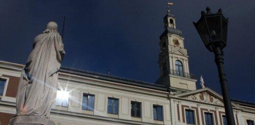 Rīgas domes komitejā ieslīgst plašās diskusijās par alkohola lietošanu; lēmumus nepieņem