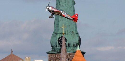 Rīgas svētku aerobātikas pilotu iesildīšanās