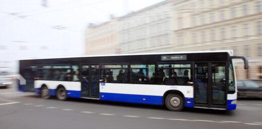 Rīgas centrā aizdegas Rīgas Satiksmes autobuss