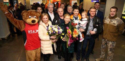 Foto: Rastorgujevs ar savu pirmo PK medaļu atgriežas mājās