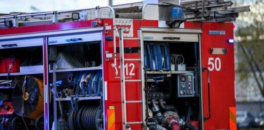 В Риге во время пожара спасены 19 жильцов дома, в Лиепае в канале утонул человек