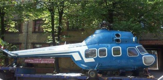 Foto: Rīgā helikopters sapinas trolejbusa vados