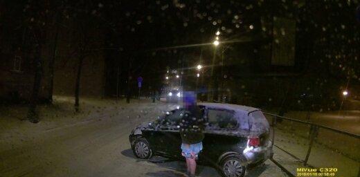 Рига: пьяная женщина в халате и тапках села за руль и совершила ДТП