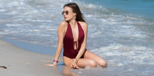 Krievu modele Ksenija gozējas pludmalē