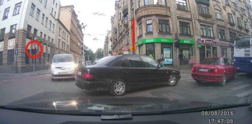 Video: Nadzīgs 'Mercedes' vadītājs nekaunīgi iebrauc krustojumā