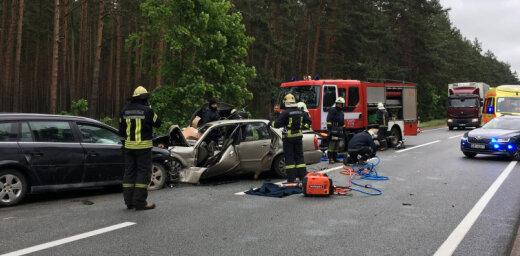 ФОТО, ВИДЕО: В трагической аварии на Вентспилсском шоссе погибли женщина и ребенок