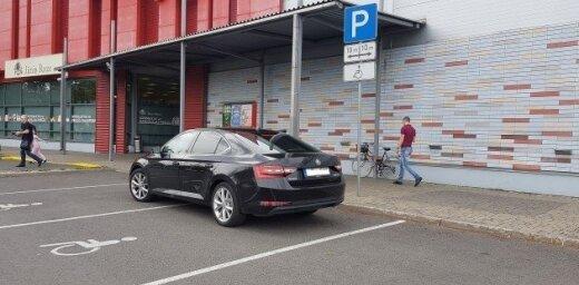 Invalīdu stāvvietā bez atļaujas un 'diplomātiskie huligāni' – parkošanās pārkāpumi Latvijā