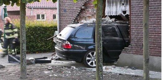 Latvijas iedzīvotāja vadīts BMW Nīderlandē iztriecies caur ēkas sienu un nogalinājis cilvēku