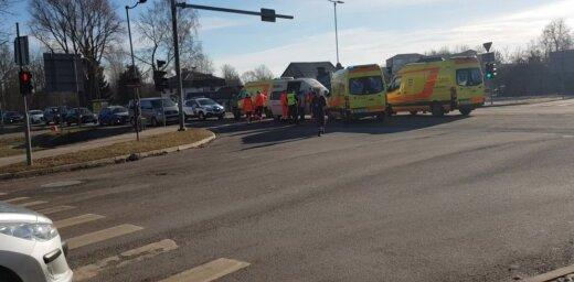 Video: Jelgavā sadūries neatliekamās palīdzības auto un mikroautobuss