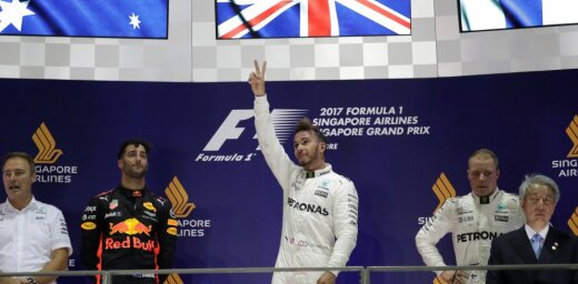 Hamiltons izcīna uzvaru Singapūras posmā
