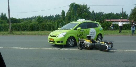 Taksometra un motocikla avārija