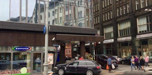 Foto: Auto ietriecas 'Narvessen' veikalā Brīvības ielā