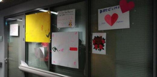 Video: Rīgas Sanatorijas internātpamatskolas skolēni lūdz direktori nepamest darbu