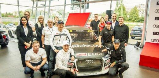 Foto: Fani 'Audi' centrā Rīgā tiekas ar EKS rallijkrosa komandu