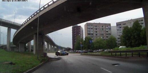 Aculiecinieka video: Neveiksmīgs mēģinājums driftot uz Krasta ielas