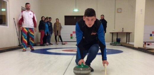 Foto: Turīnas olimpiskais čempions Rīgā mudina spēlēt kērlingu
