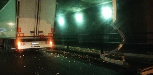 Zem Akmens tilta kārtējo reizi iesprūdis kravas auto; satiksme atjaunota